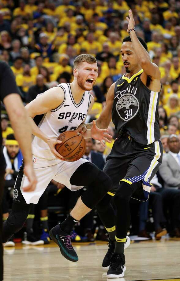 San Antonio Spurs' Davis Bertans gets past Golden State Warriors' Shaun Livingston in the second quarter during game 2 of round 1 of the Western Conference Finals at Oracle Arena on Monday, April 16, 2018 in Oakland, Calif. Photo: Scott Strazzante, The Chronicle / online_yes