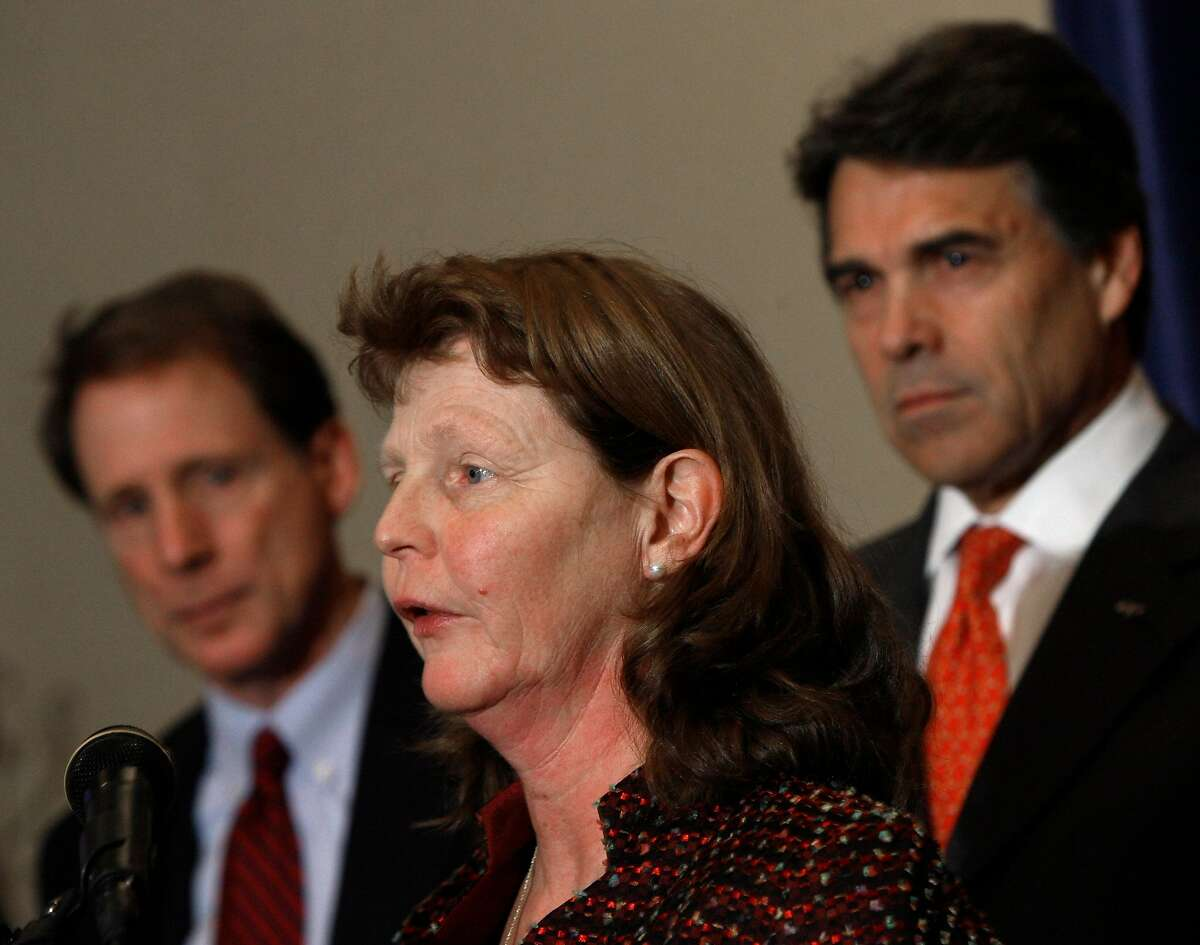 Susette Kelo, center, speaks during a news conference Thursday, Jan. 22, 2009, in Austin, Texas. In the background on the left is Sen. Robert Duncan, R-Lubbock. Texas Gov. Rick Perry is on the right. Kelo was the lead plaintiff in Kelo v. City of New London, Connecticut, where the U.S. Supreme Court ruled that private property can be taken through eminent domain for economic development projects. (AP Photo/Harry Cabluck)