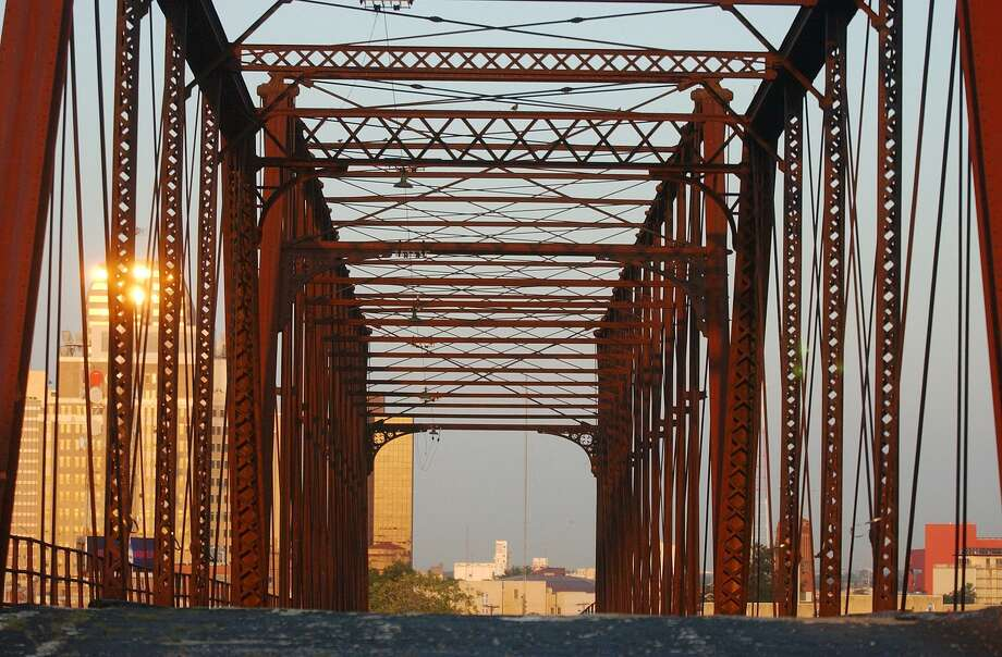 Money is being raised to restore the old Hays Street Bridge to make it part of an urban trail system. ( Joshua Trujillo / Staff ) Photo: JOSHUA TRUJILLO, STAFF / SAN ANTONIO EXPRESS-NEWS / SAN ANTONIO EXPRESS-NEWS