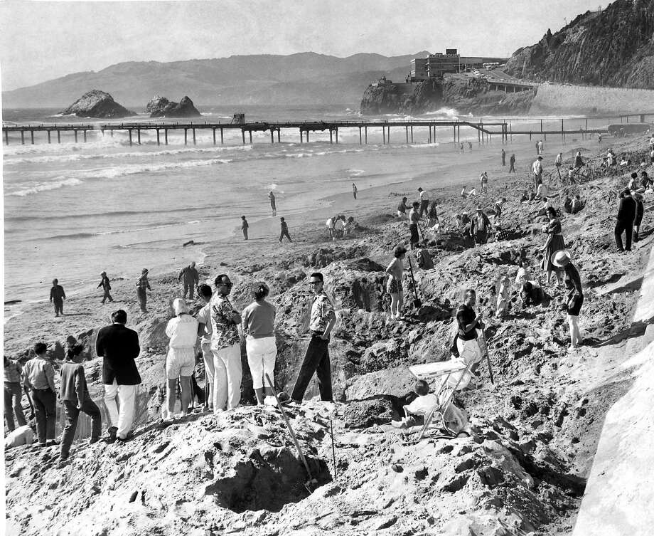 Ocean Beach was packed with people digging for the golden medallion on May 26, 1960.  Photo: Art Frisch / The Chronicle 1960