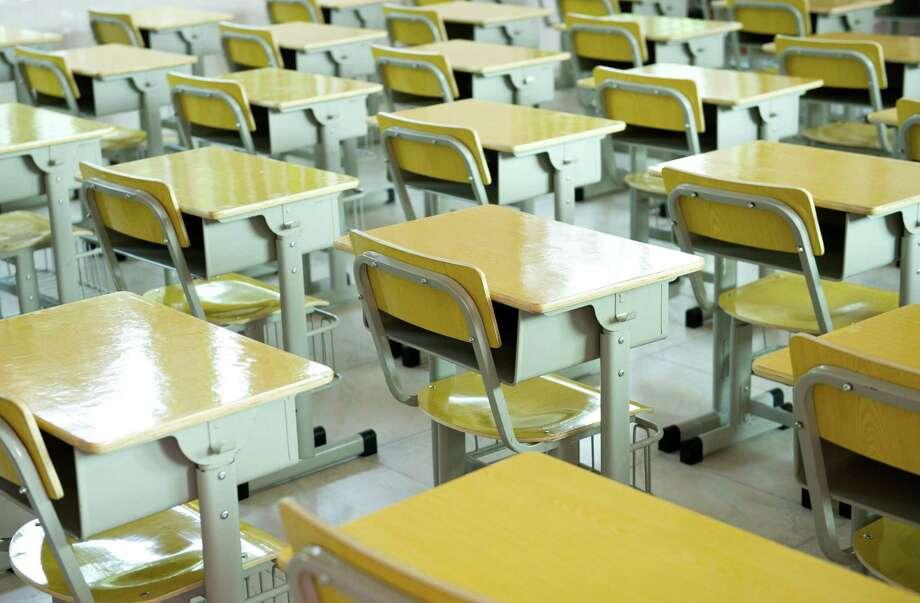 desk and chairs in classroom.        FOTOLIA Photo: Xy - Fotolia / xy - Fotolia