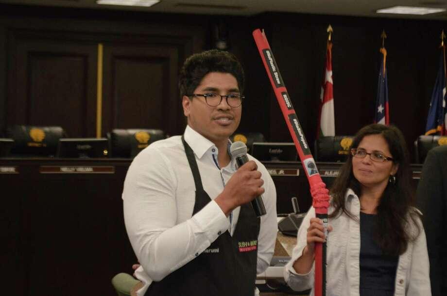 Jairo Batista explica como Sushi Madre reducirá el uso de plástico en el Ayuntamiento, el martes 17 de abril de 2018. Photo: Christian Alejandro Ocampo /Laredo Morning Times / Laredo Morning Times