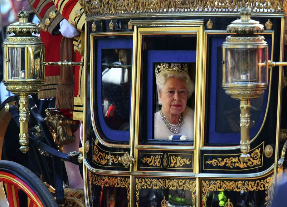 Queen Elizabeth looks out of her carriage as she returns from the Houses of Parliament in London on Nov. 6, 2007. Photo: Bloomberg Photo By Suzanne Plunkett. / Bloomberg