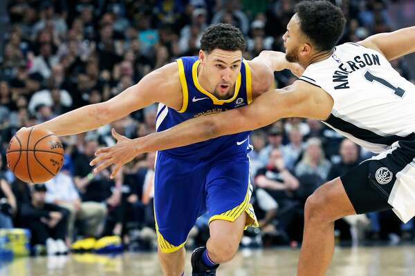 Klay Thompson beats the long reach of Kyle Anderson in the second half as the Spurs host Golden State at the AT&T Center on April 19, 2018.