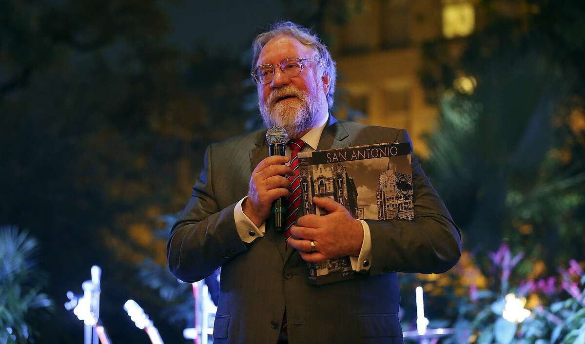 Mike Leary editor of the San Antonio Express-News plans to step down and retire.