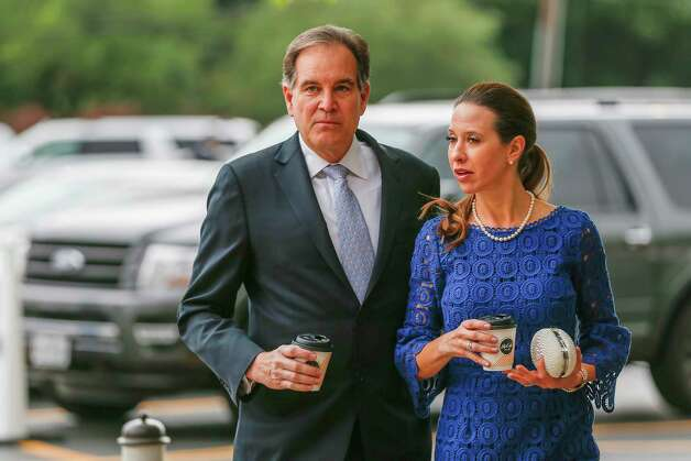 CBS Sportscaster Jim Nantz and his wife Courtney head for a shuttle bus at Second Baptist Church campus to Former First Lady Barbara Bush's funeral  Saturday, April 21, 2018, in Houston. Photo: Steve Gonzales, Houston Chronicle / © 2018 Houston Chronicle