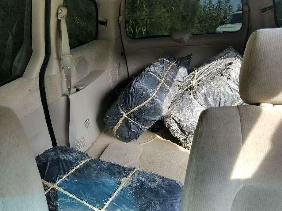 Tres paquetes de droga conteniendo marihuana fueron encontrados por agentes de la Patrulla Fronteriza en el interior de una mini van KIA abandonada sobre Riverside Drive, el viernes. Photo: Foto De Cortesía