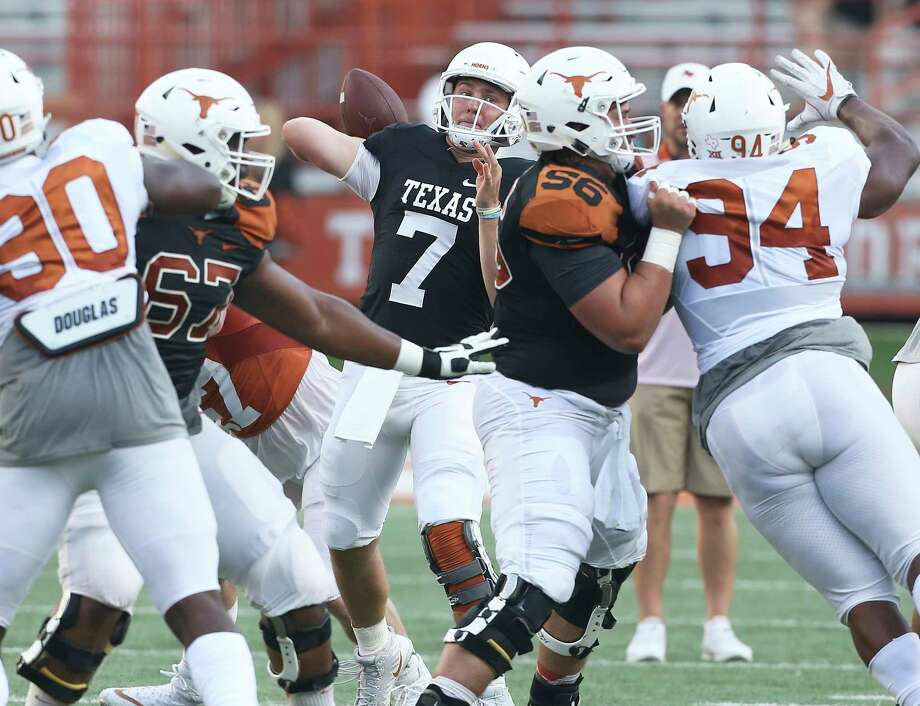 Shane Buechele spots a receiver at the UT Orange-White Spring Game at DKR Stadium on April 21, 2018. Photo: Tom Reel, San Antonio Express-News / 2017 SAN ANTONIO EXPRESS-NEWS