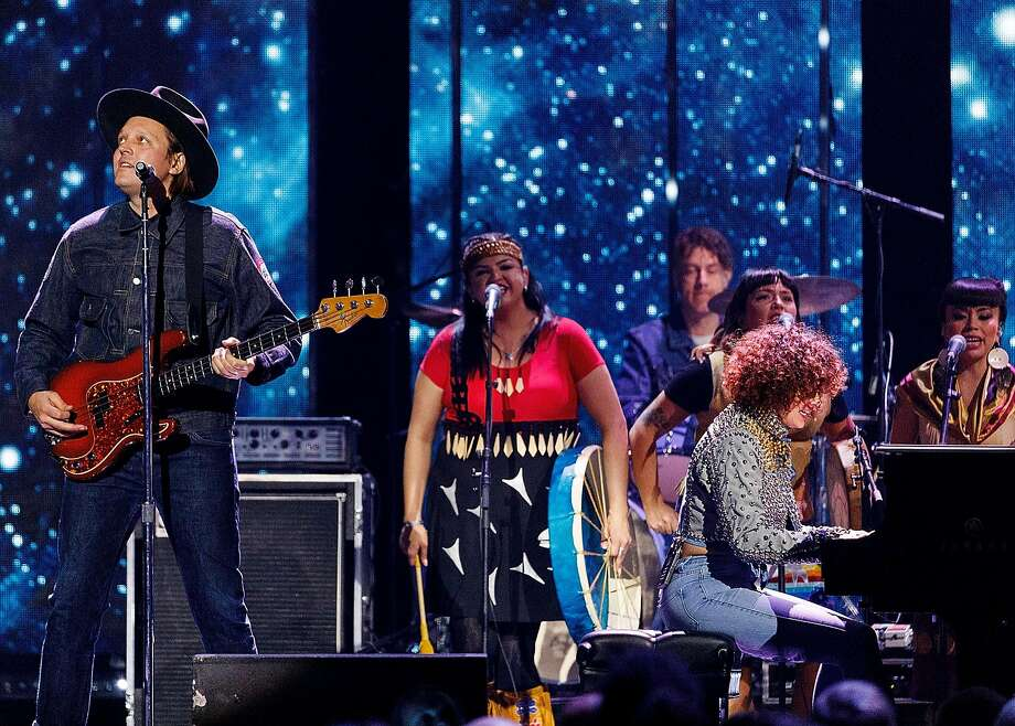 (L-R) Win Butler and Regine Chassagnes of Arcade Fire perform on stage during the 2018 JUNO Awards at Rogers Arena on March 25, 2018 in Vancouver, Canada. Photo: Andrew Chin / Getty Images