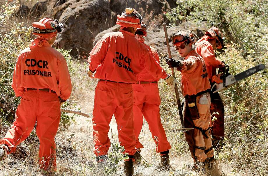 An inmate crew is trained in firefighting. A new state bill would make it easier for inmates who undergo such training to be licensed as firefighters when they get out of prison. Photo: Michael Macor / The Chronicle