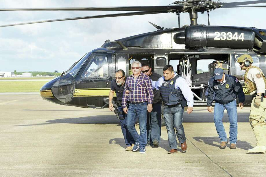 El ex gobernador de Tamaulipas Tomás Yarrington llega al Aeropuerto de Brownsville/South Padre Island y es escoltado por agentes federales el viernes 20 de abril de 2018 tras ser extraditado de Italia a Texas. Photo: Miguel Roberts /Associated Press / Copyright-2018
