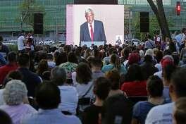 Gente observa en pantallas al candidato de Morena, Andrés Manuel López Obrador, durante el debate presidencial llevado a cabo el domingo 22 de abril de 2018.