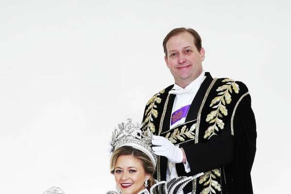 Robert R.M. Eversberg, President of The Order of the Alamo, crowns Josephine Tinsley Simpson the Queen of The Court of Classic Couture.