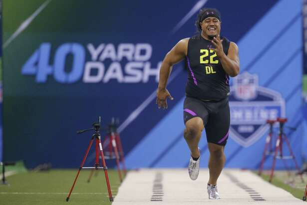 INDIANAPOLIS, IN - MARCH 04: Washington defensive lineman Vita Vea (DL22) runs in the 40 yard dash at Lucas Oil Stadium on March 4, 2018 in Indianapolis, Indiana. (Photo by Michael Hickey/Getty Images)