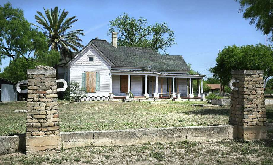 The century-old Uvalde house where movie and TV star Dale Evans was born reeks of abandonment, uncaring tenants and multiple renovations — many poorly conceived and executed. Photo: Bob Owen /San Antonio Express-News / ©2018 San Antonio Express-News