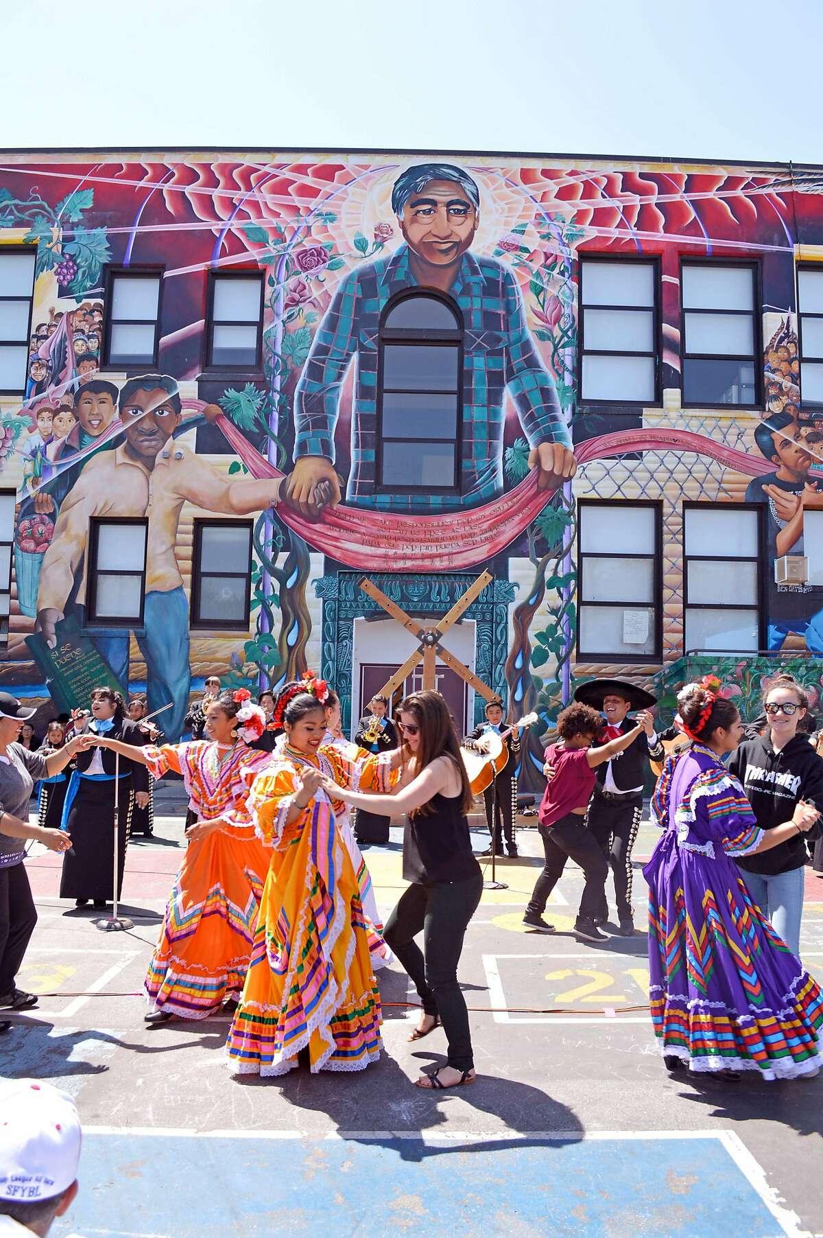�Baile en la Calle� combines dance performances and art tours of murals in the Mission. Photo: Rio Yan~ez.