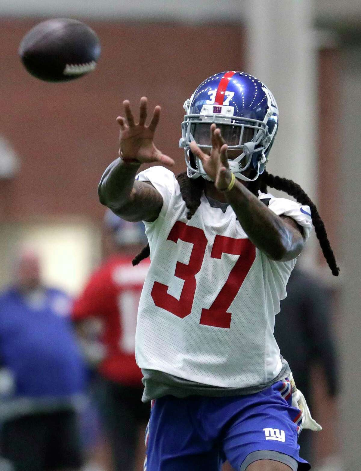New York Giants cornerback B.W. Webb makes a catch during NFL football training camp, Wednesday, April 25, 2018, in East Rutherford, N.J. (AP Photo/Julio Cortez)