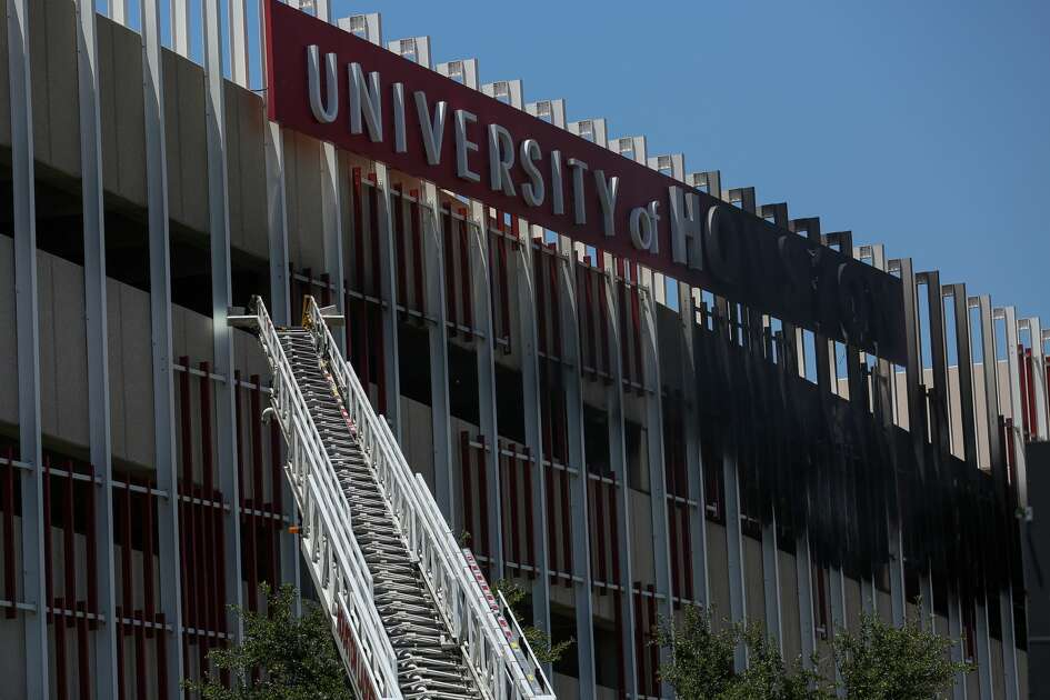Houston Fire Department extinguished a vehicle fire inside the University of Housotn East Parking Garage Wednesday, April 25, 2018, in Houston. ( Godofredo A. Vasquez / Houston Chronicle )