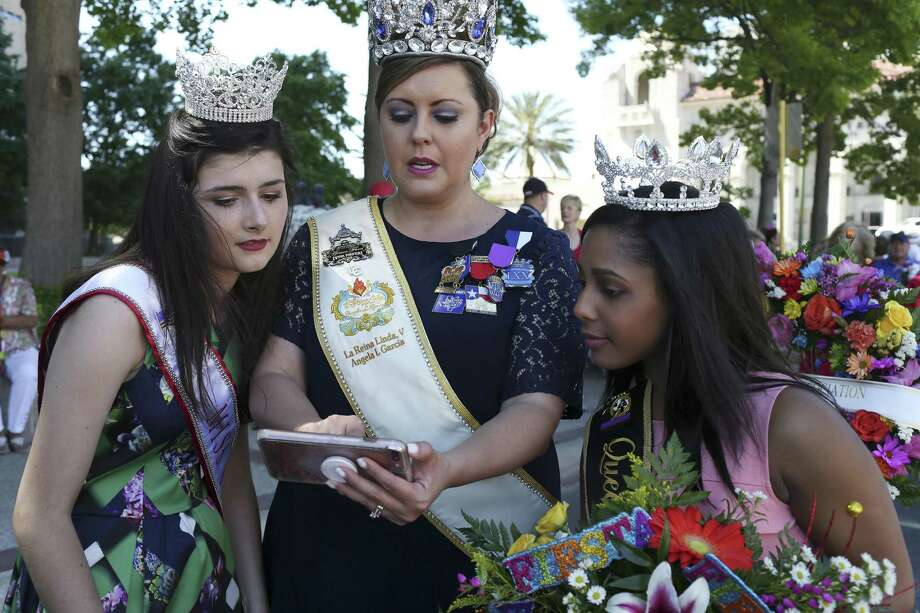San Antonio Queen of Soul 2017 Malia Martinez, 19, right, talks with Michalea Oakes, 16, with a Miss Texas sash, left, and La Reyna Linda 2018 Angela Garcia, before the Fiesta Pilgrimage to the Alamo, Monday, April 23, 2018. The Queen of Soul organization is celebrating its 50th anniversary this year. Photo: JERRY LARA / San Antonio Express-News / San Antonio Express-News