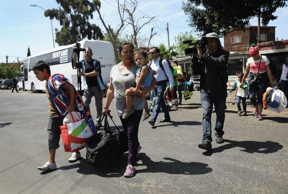 Migrantes centroamericanos buscando asilo político en los Estados Unidos llegan en autobús el 25 de abirl de 2018 a un albergue ubicado en Tijuana, México. Photo: John Moore /Getty Images / 2018 Getty Images