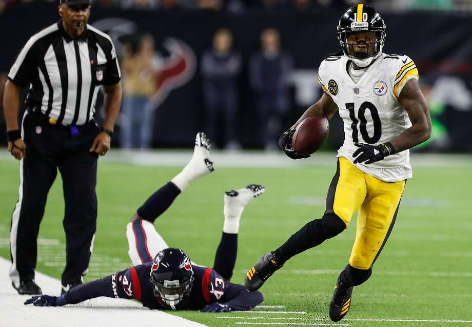Pittsburgh Steelers wide receiver Martavis Bryant (10) breaks away from Houston Texans strong safety Corey Moore (43) as he runs up the sidelines on a reception during the third quarter of an NFL football game at NRG Stadium on Monday, Dec. 25, 2017, in Houston. ( Brett Coomer / Houston Chronicle ) Photo: Brett Coomer / Houston Chronicle