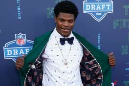 ARLINGTON, TX - APRIL 26:  Lamar Jackson of Louisville poses on the red carpet prior to the start of the 2018 NFL Draft at AT&T Stadium on April 26, 2018 in Arlington, Texas.  (Photo by Tim Warner/Getty Images)