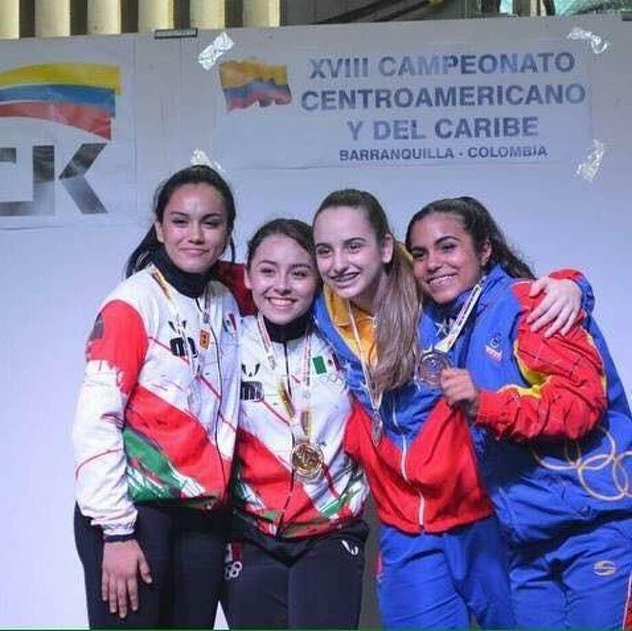 Yaneth Quiroz Castillo celebra su oro junto a otras competidoras durante los Juegos Deportivos Centroamericanos y del Caribe, celebrado en Barranquilla, Colombia. Photo: /