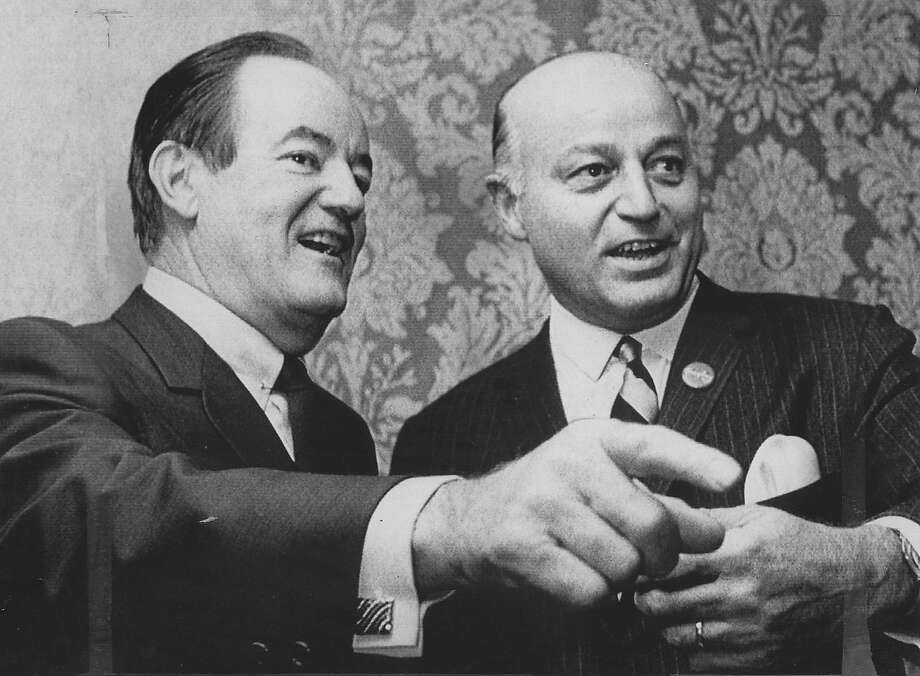 ALIOTO-HUMPHREY/B/14NOV 97/MN/UPI--Vice President Hubert H. Humphrey poses with Mayor Joseph Alioto in his hotel suite on August 28, 1968, at the Democratic National Convention. PHOTO BY UPI Photo: VINCE MAGGIORA /