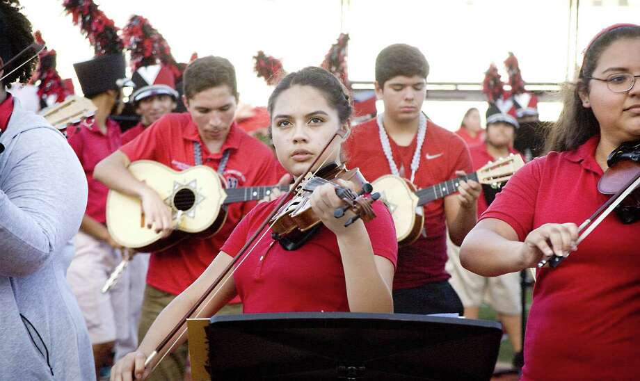 Foto de archivo—Una violinista observa a la audiencia durante el último día de Martin High School Band's Animo Week. Photo: Francisco Vera /Laredo Morning Times / Laredo Morning Times