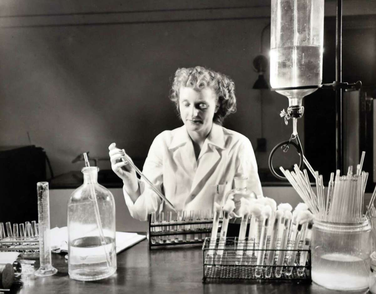 Photo of work at the New Haven Hospital labs in 1945. Provided Courtesy of the Yale-New Haven Hospital Archives