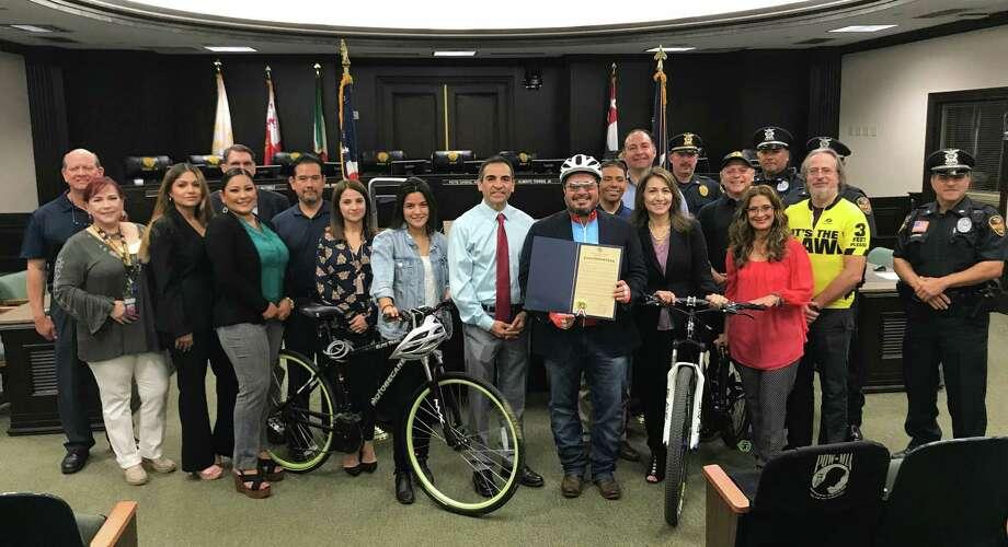 El alcalde interino Charlie San Miguel junto a los regidores Roberto Balli y Nelly Vielma, y organizaciones ciclistas locales proclamó el mes de mayo como el Mes Nacional de la Bicicleta en Laredo. Photo: Foto De Cortesía /Ciudad De Laredo