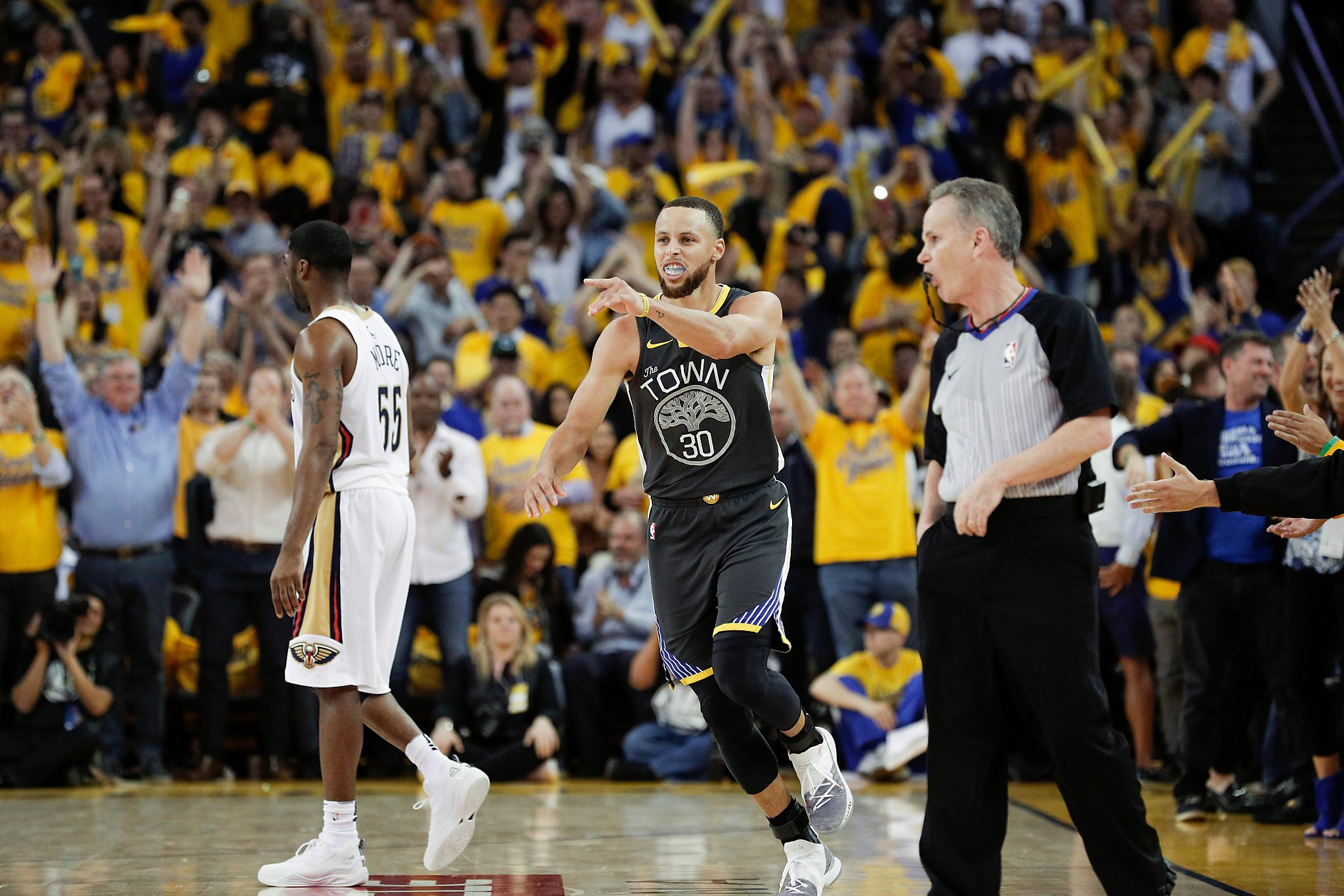 eecf0141afc Stephen Curry dazzles in return as Warriors take 2-0 series lead over  Pelicans - SFGate