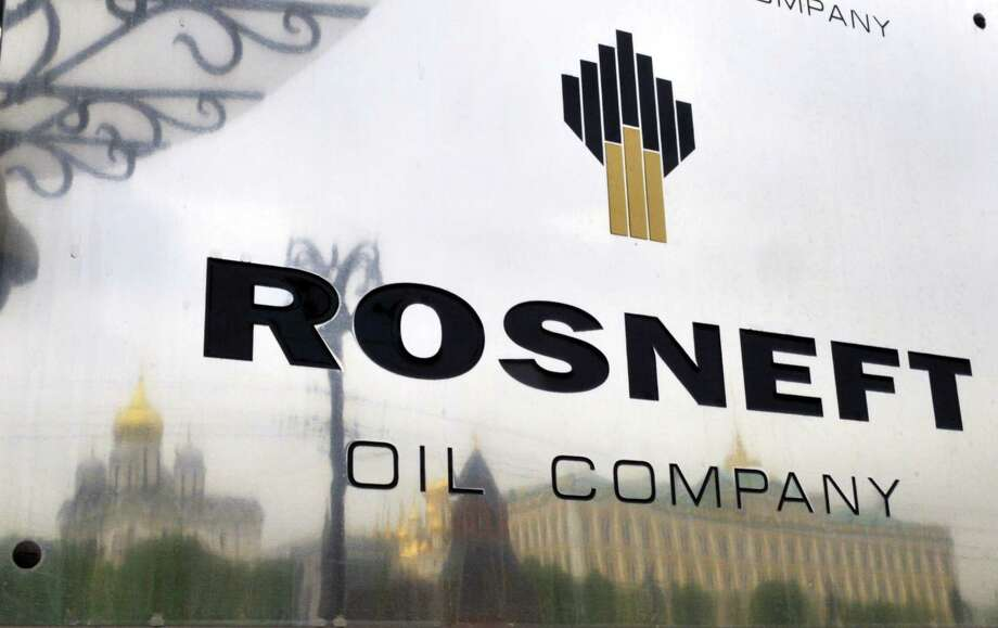 The Kremlin is reflected in the polished company plate of the state-controlled Russian oil giant Rosneft at the entrance of the headquarters in Moscow. Photo: DMITRY KOSTYUKOV, Stringer / AFP/Getty Images / AFP