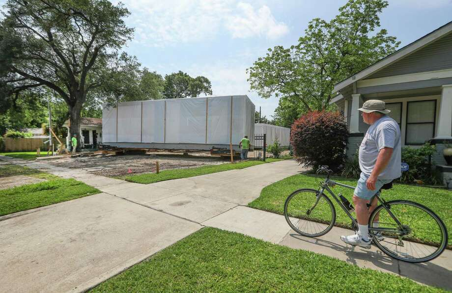 Steve Heiney watches workers move one of the sections of Wayne Braun's new modular house Wednesday, May 2, 2018, in Houston's Heights neighborhood.  Photo: Steve Gonzales, Houston Chronicle / Houston Chronicle / © 2018 Houston Chronicle