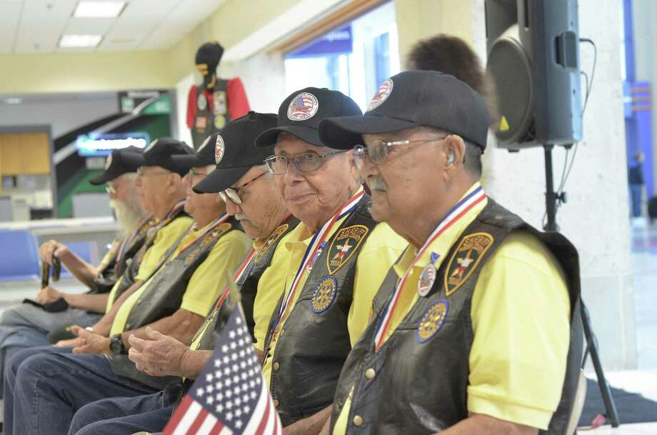Los veteranos portan chaleco, gorra y medallas conmemorativas en el Aeropuerto Internacional de Laredo, el jueves 3 de mayo de 2018. Photo: Christian Alejandro Ocampo /Laredo Morning Times / Laredo Morning Times