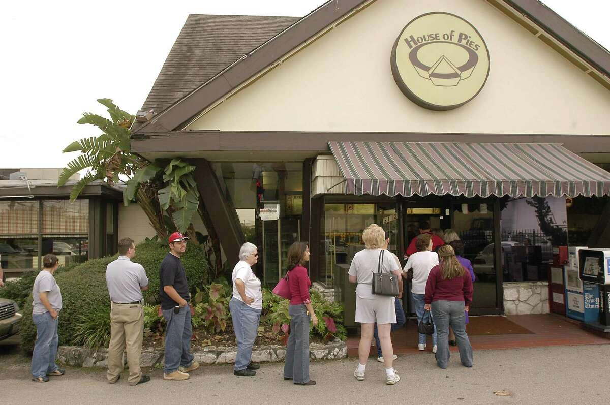 House of Pies will open at 1330 Lake Woodlands Drive in The Woodlands; the site of the old Black-eyed Pea Restaurant. Customers wait in line for Thanksgiving pies at the House of Pies on in this file photo.