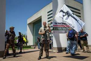 Gun advocate James Singer (C) takes part in a counter-protest in response to protesters opposing the NRA's annual convention on Saturday, May 5, 2018 in Dallas, Texas. / AFP PHOTO / Loren ELLIOTTLOREN ELLIOTT/AFP/Getty Images