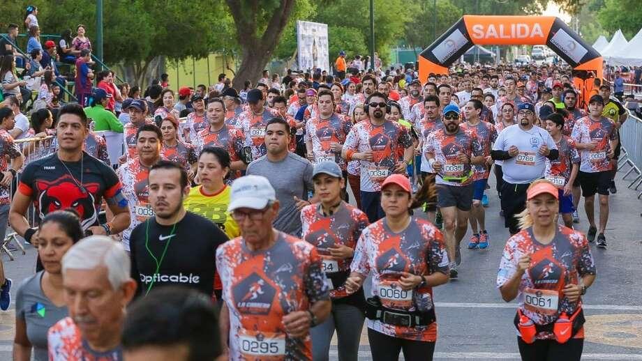 """Miles de neolaredenses participan en """"La Carrera del Ochenta"""" organizada por la Asociación de Agentes Aduanales de Nuevo Laredo para recaudar fondos para los estudiantes mexicanos en el extranjero, el domingo por la mañana. Photo: Foto De Cortesía"""