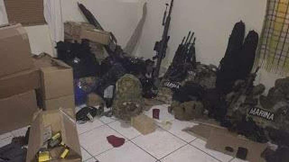 Los soldados encontraron 32 rifles de asalto, 806 cartuchos, 30.338 rondas de municiones, dos granadas y un lanza granadas. Photo: Foto De Cortesía