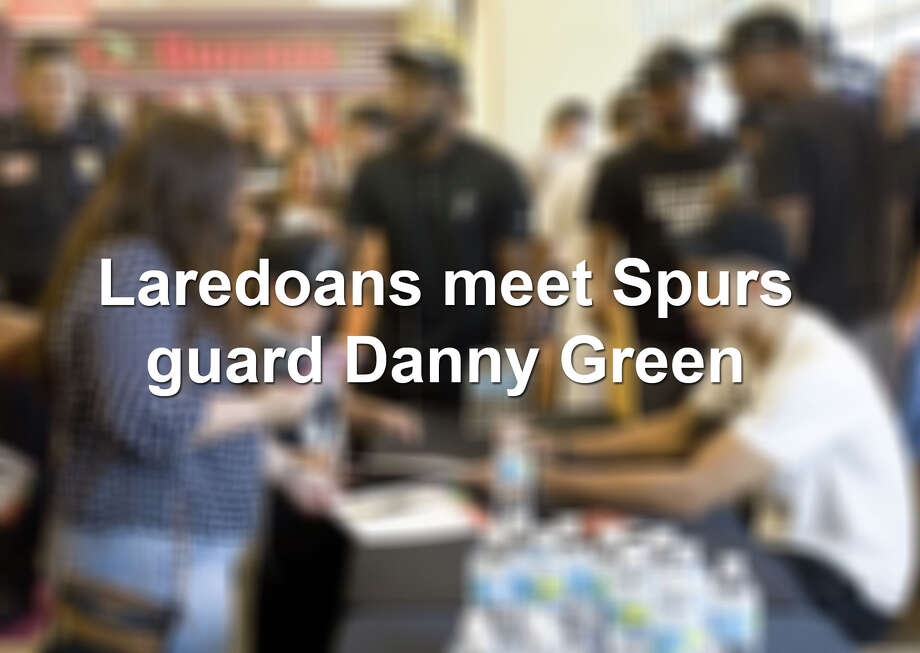 Spurs fans in Laredo flock to The Outlet Shoppes to meet guard Danny Green. Photo: Laredo Morning Times
