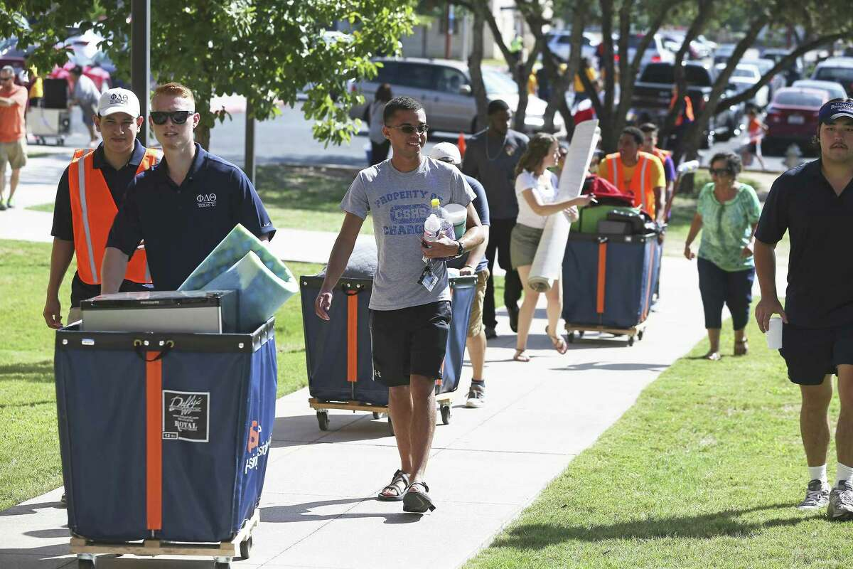 Student volunteers help others move into UTSA residence halls in 2017. A National Science Foundation grant will provide scholarships to help retain minority students learning computer science there.