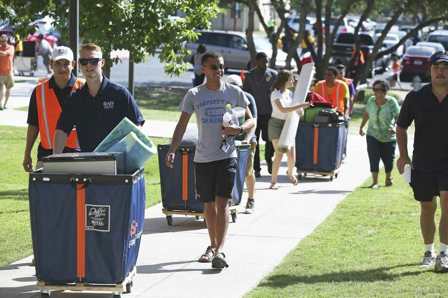Student volunteers help others move into UTSA residence halls in 2017. A National Science Foundation grant will provide scholarships to help retain minority students learning computer science there. Photo: Tom Reel /San Antonio Express-News / 2017 SAN ANTONIO EXPRESS-NEWS