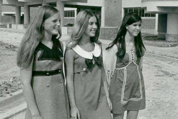 Aug. 16, 1970: New Sharpstown High viewed by transfer students Dee Ann Patrlak, Lynn Portis and Nancy Hastings.