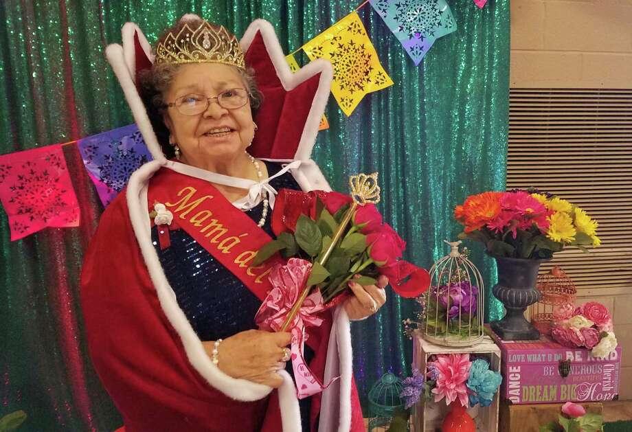 Amparo G. Adame, de 72 años, fue nombrada Mamá del Año de la guardería para adultos mayores Fiesta Adult Day Care. Photo: César G. Rodríguez /Laredo Morning Times
