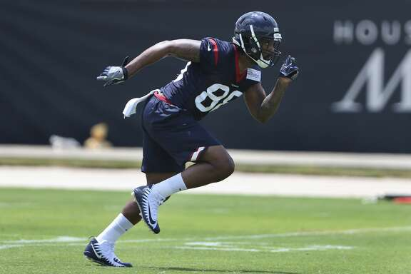 The rookie tight end Jordan Akins runs forward during a group training drill at the 2018 Houston Texans Rookie Minicamp on Saturday, May 12, 2018, in Houston. ( Yi-Chin Lee / Houston Chronicle )