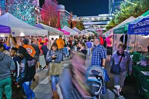Crowds stay busy shopping duringFleaby Nightat Discovery Green.
