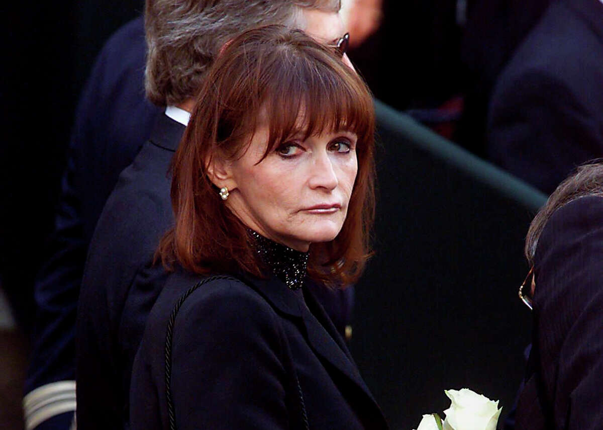 """FILE - In this Oct. 3, 2000 file photo, actress Margot Kidder, who dated former Prime Minister Pierre Trudeau, arrives for his funeral at Notre-Dame Basilica in Montreal, Quebec. Kidder, who starred as Lois Lane in the ?""""Superman?"""" film franchise of the late 1970s and early 1980s, has died. Franzen-Davis Funeral Home in Livingston, Montana posted a notice on its website saying Kidder died Sunday, May 13, 2918, at her home there. She was 69. (Adrian Wyld/The Canadian Press via AP)"""