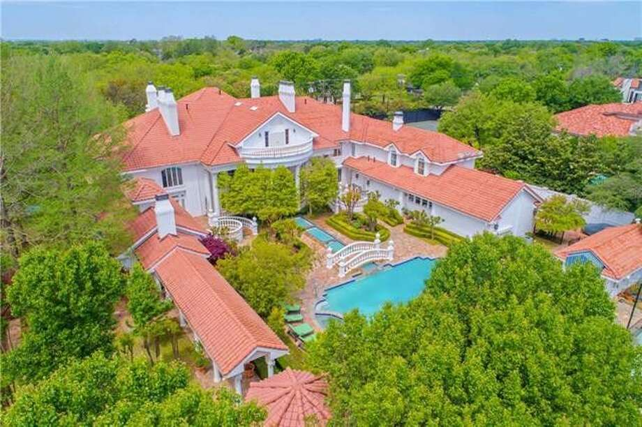 This massive 18,000 square feet Dallas estate has been on realtor.com for less than a month and features a giant swimming pool, stunning library, and movie theater. Photo: Realtor.com