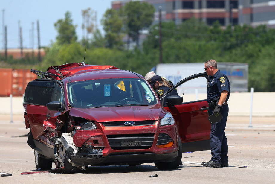 The Houston Police Department investigates the scene of a three-vehicle wreck on the eastbound lanes of Interstate 10 Tuesday, May 15, 2018, in Houston. A woman was killed in the crash. Photo: Godofredo A. Vasquez, Houston Chronicle