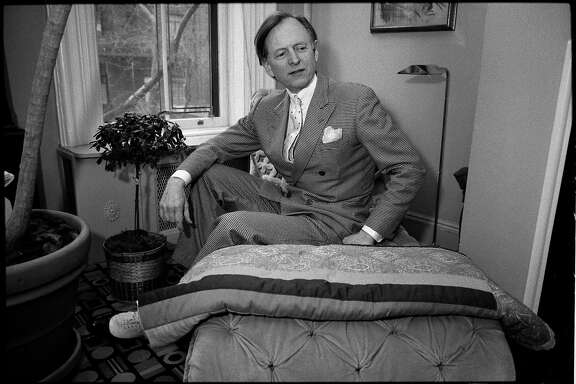 -- EDS.: RETRA�NSMIS�SION TO CORRE�CT AGE AT TIME OF DEATH TO 88 �� FILE � Tom Wolfe in New York in 1988. Wolfe, an innovative journalist whose technicolor, wildly punctuated prose brought to life the worlds of California surfers, car customizers, astronauts and Manhattans moneyed status-seekers in works like �The Kandy-Kolored Tangerine-Flake Streamline Baby,� �The Right Stuff� and �Bonfire of the Vanities,� died on May 14, 2018, in a Manhattan hospital. He was 88. (Angel Franco/The New York Times)